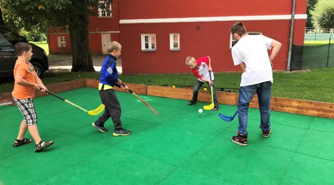 Haie begeistern mit Eishockeytorwandschießen und Unihockey